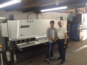 Vizita e Klientit të Qipros viziton makinën e frenave dhe makinën e prerjes në fabrikën tonë