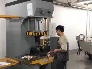 Japoni Klienti Testimi Machine Hidraulike Shtypi në Fabrika jonë
